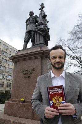 Дејан Мировић испред споменика Николају II
